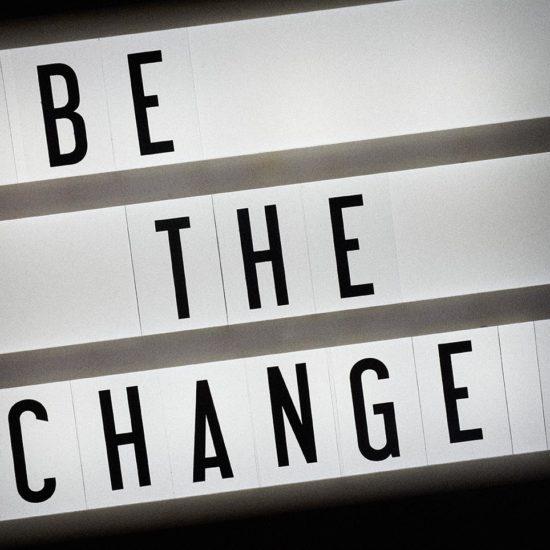 Lichtreklame met de tekst Be The Change