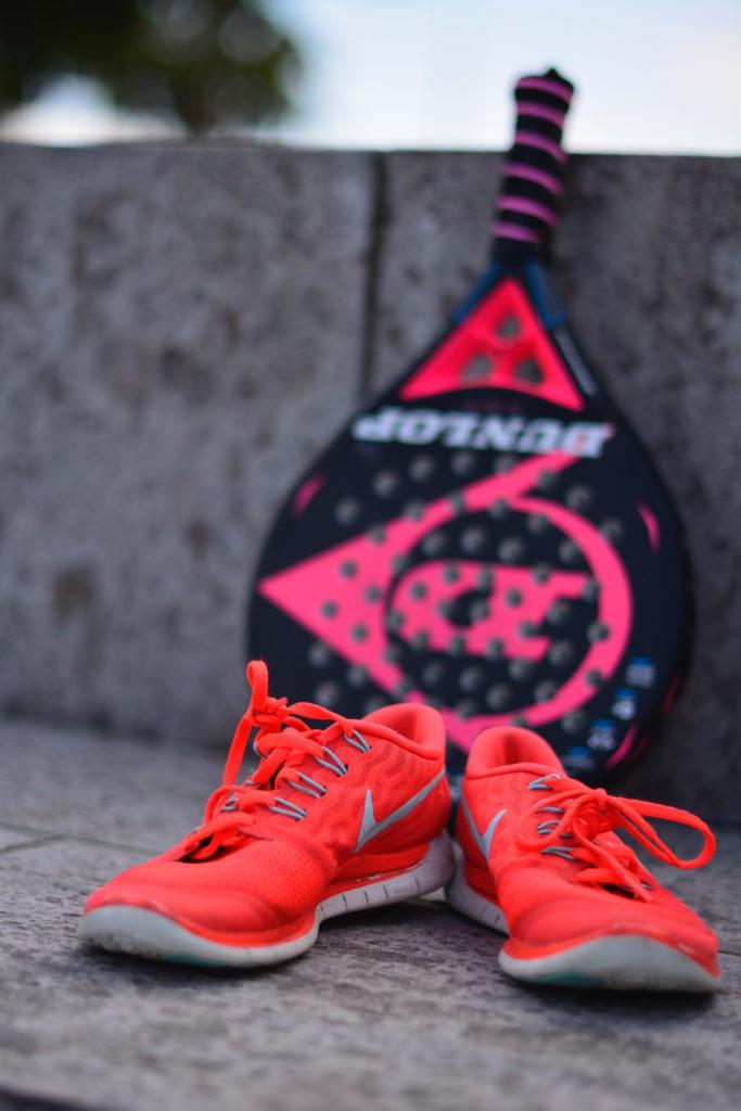 sportschoenen en tennisracket